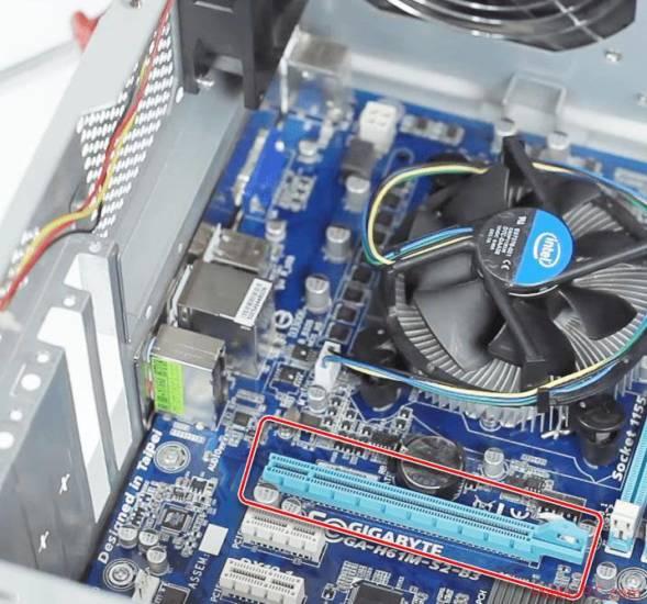 Razem-PCI-E-dlya-ustanovki-videokartyi-na-materinskoy-plate-kompyutera.png