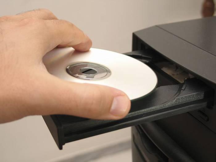 Vstavljaem-ustanovochnyj-disk-v-privod-DVD.jpg