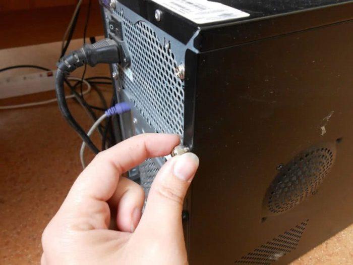 Otvinchivaem-krepezhnye-vinty-pravoj-bokovoj-paneli-szadi-sistemnogo-bloka-PK-e1544288025701.jpg