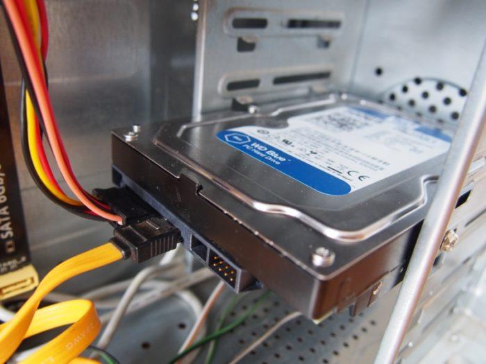 Akkuratno-dozhimaem-kabeli-v-razemah-zhestkogo-diska-ustraniv-vozmozhnoe-otsutstvie-kontakta-e1544288307899.jpg