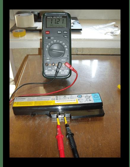 Protsess-proverki-akkumulyatora-noutbuka-multimetrom.png