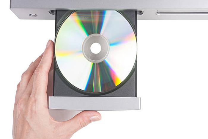Vstavljaem-disk-s-drajverami-kotoryj-idet-v-komplekte-s-USB-kolonkami.jpg